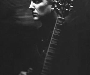 guitar, Josh Homme, and them crooked vultures image