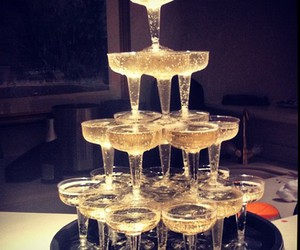 champagne, pyramide, and glasses image