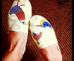 toms, birds, and tenis shoes image