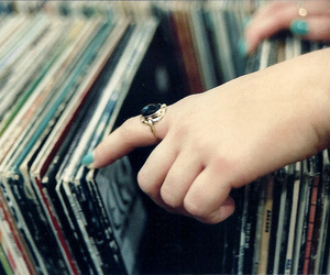 albums, hand, and vinyles ♥ image