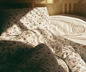 bed, vintage, and flowers image