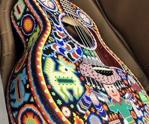 guitarra huichol arte image