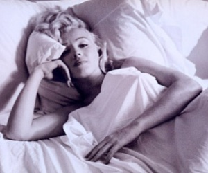 Marilyn Monroe, bed, and black and white image