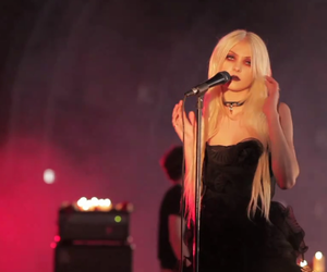 Taylor Momsen, the pretty reckless, and just tonight image