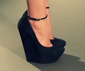 تفسير الحذاء الأسود في المنام لبس حذاء اسود في الحلم