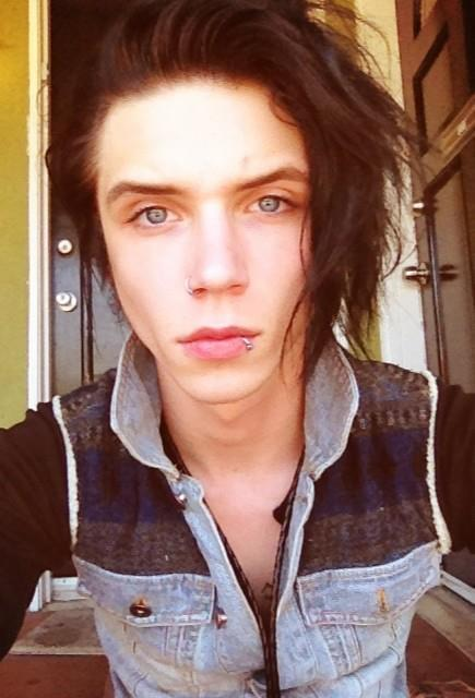 andy biersack without makeup uploaded by Britt Meijer