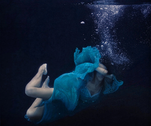 blue dress, bubbles, and under water image