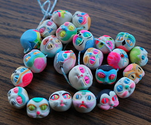 beads, colors, and fluorescent image