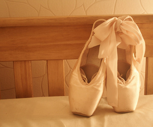 dance, light, and pointe shoes image