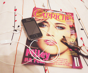 bed, capricho, and cellphone image