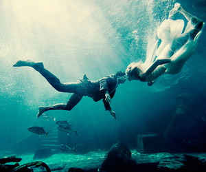 kiss, underwater, and love image