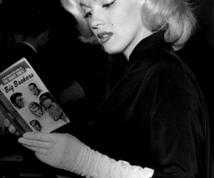 Marilyn Monroe, black and white, and reading image