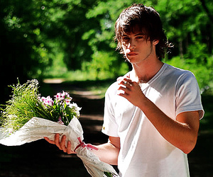 boy, casi angeles, and flowers image