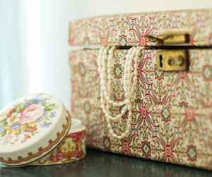 vintage, box, and floral image