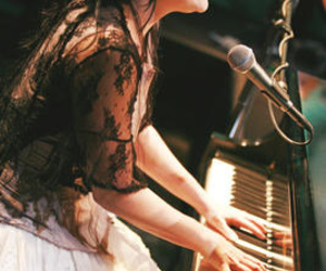 amy lee and piano image