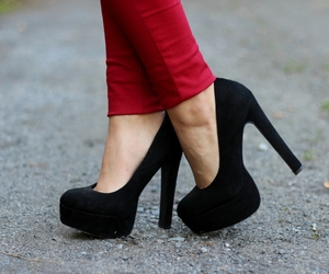 black, fashion, and pumps image
