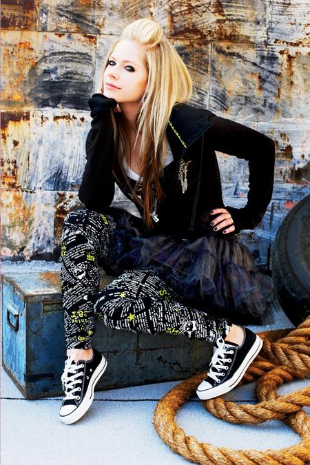 Avril Lavigne in all star/converse