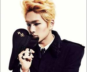Onew and everybody image