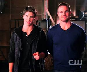 arrow, cousins, and cw image