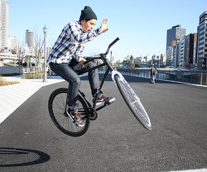 fixed gear, trick, and fixie image