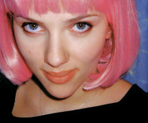 Scarlett Johansson, pink, and pink hair image