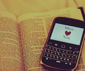 cell phone, livre, and <3 image