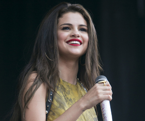 selena gomez and singer image