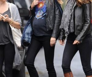 Gisele Bundchen, t shirt, and pregnant image