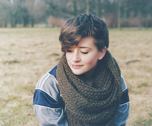 girl, lip, and pixie cut image