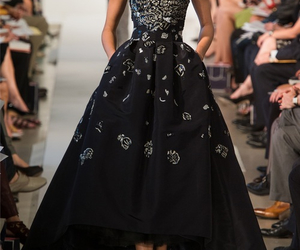 dress, oscar de la renta, and runway image